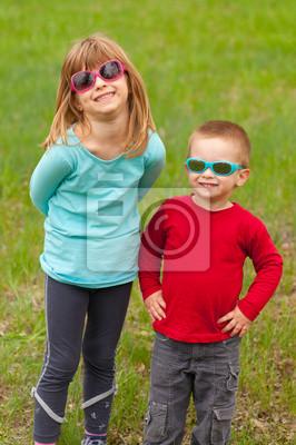 Bruder und Schwester außerhalb posiert mit Sonnenbrille