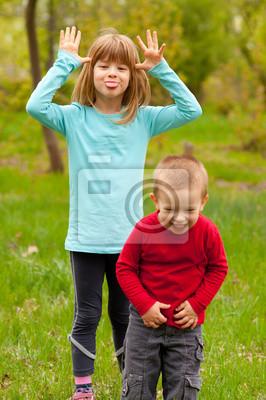 Bruder und Schwester posiert außen an schönen Frühlingstag
