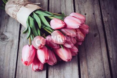 Bild Bunch von frischen Frühling rosa Tulpen auf alten Vintage Holzbrett, kopieren Raum
