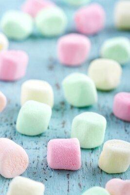 Bild Bunte kleine Marshmallows auf hölzernen Hintergrund