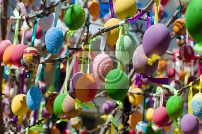 Bunte Ostereier am Baum dekoriert