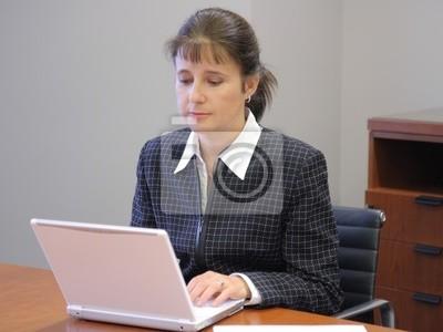 Business Frau Im Buro Arbeiten Mit Laptop Leinwandbilder Bilder