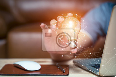 Bild Business-Frauen mit Glühbirnen, Ideen von neuen Ideen mit innovativer Technologie und Kreativität.