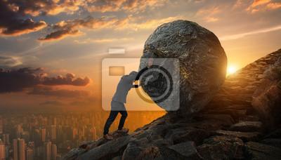 Bild Business-Mann drängen großen Stein bis zu Hügel, Business schwere Aufgaben und Probleme Konzept.
