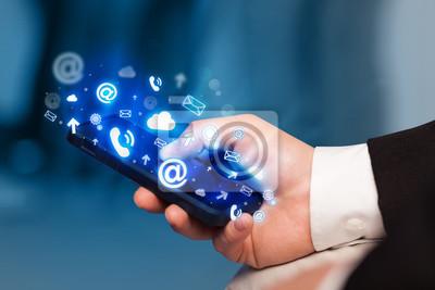 Bild Business-Mann mit Smartphone mit Medien-Symbole