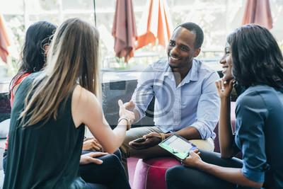 Bild Business-Meeting in der Lobby der bunten modernen Büroflächen