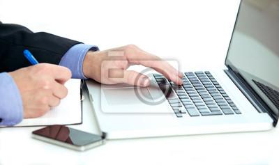 Businessman Notizen von einem Laptop