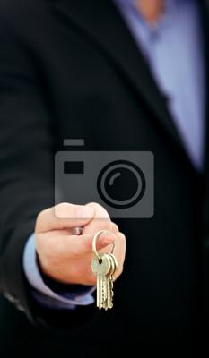 Businessman offering Schlüsselbund