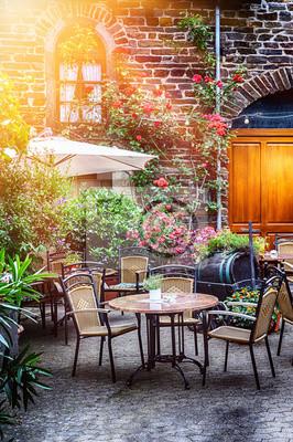 Cafe Terrasse In Kleinen Europaischen Stadt Leinwandbilder