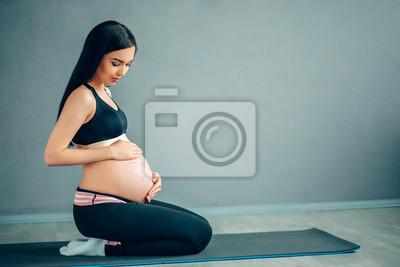 Bild Calm caucAsian schwangere Frau meditiert zu Hause.