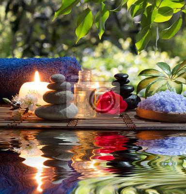 candele, asciugamani, e fiori di Pietre mandorle in acqua