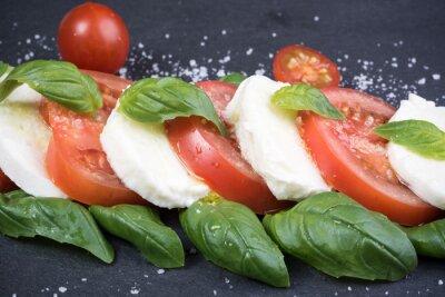 Bild Caprese-Salat auf dunklen Schiefer Hintergrund
