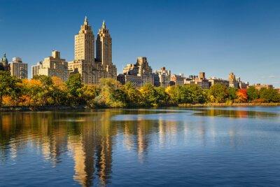 Bild Central Park und Manhattan, Upper West Side mit bunten Herbst Laub. Ein klarer blauer Himmel und Gebäude des zentralen Park-Westens, der im Jacqueline Kennedy Onassis Vorratsbehälter sich reflektiert.