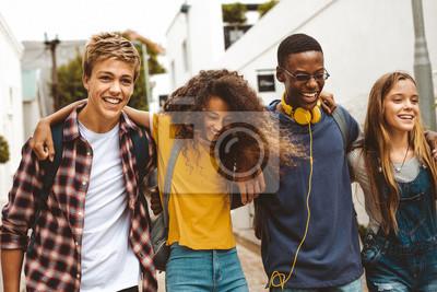 Bild Cheerful teenage friends enjoying outdoors