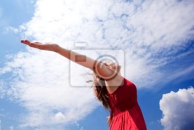 chica con los brazos Abiertos al cielo