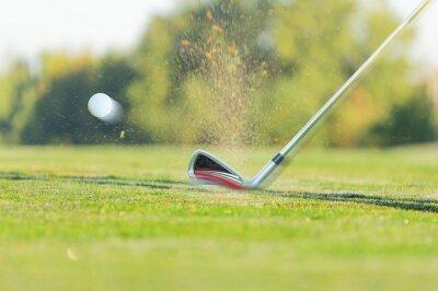 Chipping ein Golfball auf das Grün mit Golfclub.