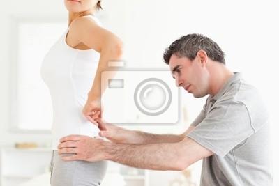 Chiropraktiker Prüfung einer Frau zurück