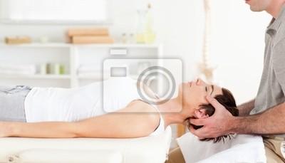 Chiropraktiker Strecken einer netten Frau