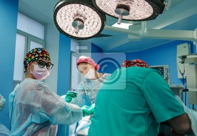 Bild Chirurgen, die einen Patienten im Operationsraum betreiben