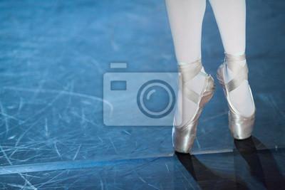 Choreographie, Leidenschaft, Ausrüstung Konzept. Pointe Schuhe in Satin in Schattierungen von zarten hellrosa und elastischen Bändern sind um Knöchel der schlanken Ballerina gebunden