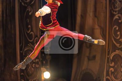 Choreographie, spielen, inszenieren Konzept. Junge männliche Ballett-Tänzerin, die auf dem Foto im Midflight abgebildet ist und ein elegantes, helles Kostüm für die Performance trägt, die rote Satinwe