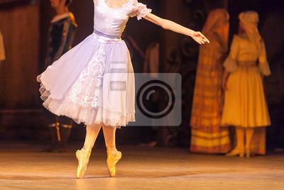 Choreographie, unterhaltung, kostüm konzept. Bezaubernde junge Ballerina trägt zartes lila Kleid mit schöner Spitze, die sich um die Bühne dreht, um ihre Beine mit Solo-Tanz zu spielen