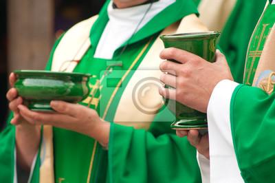 Christian Priester, der Schalen mit Waffel und Wein