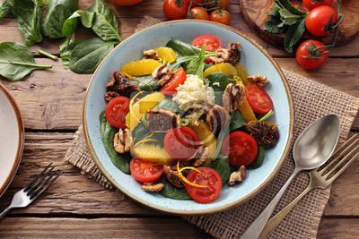 Cibo vegetariano insalata con frutta e verdura su tavolo di cucina ...