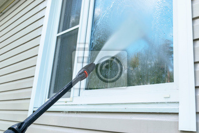 Bild Cleaning service washing building facade and window with pressure water. Cleaning dirty wall with high pressure water jet. Power washing the wall. Cleaning the facade of the house. Before and after