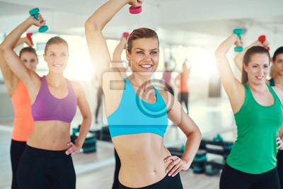 Close-up der jungen Frauen, die Übung auf Trizeps