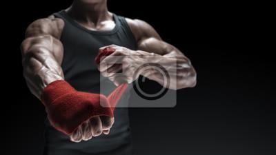 Bild Close-up Foto von starken Mann wickeln Hände auf schwarzem Hintergrund mit Kopie Platz für Text