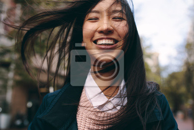 Bild Close up of a smiling asian woman