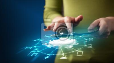 Bild Close up of Hand hält Tablette mit Cloud-Netzwerk-Technologie