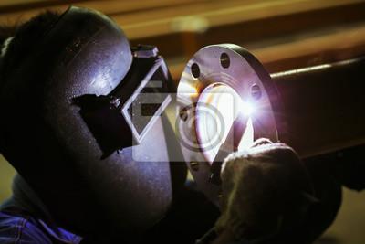Close up of technician Schweißen von Metall-Rohr mit Argon