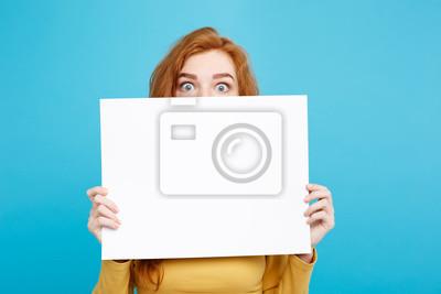 Bild Close up Portrait junge schöne attraktive Ingwer rote Haare Mädchen lächelnd zeigt leere Zeichen. Blauer Pastellhintergrund. Platz kopieren