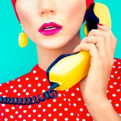 Bild close-up Portrait von einem Retro-Mädchen mit Telefon