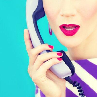 Bild Close-up-Porträt von einem Retro-Mädchen mit Telefon