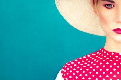 Bild Close-up-Porträt von Retro-Mädchen auf dem blauen Hintergrund