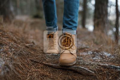 Bild Close up von Beinen zu Fuß in den Wald