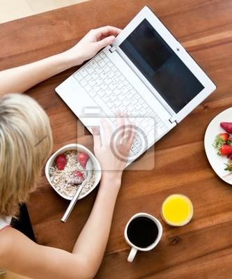 Close- up von einer Frau mit einem Laptop Kaffeetrinken