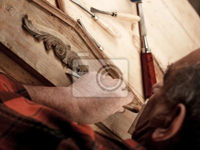 Bild Close-up von Senior carpenter Restaurierung alter Möbel