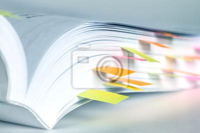 Bild Close up White Buch markiert von Haftnotiz