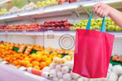 Closeup Hand, die wiederverwendbare Tasche im Supermarkt