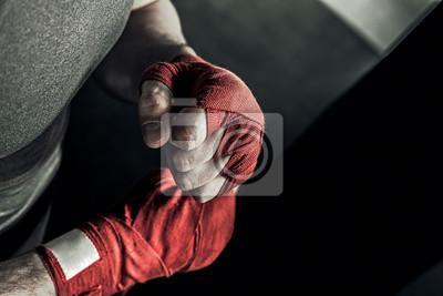 Bild Closeup männliche Hand des Boxers mit roten Box-Bandagen. Die Fäuste der Kämpfer vor dem Kampf oder Training in der Sporthalle.