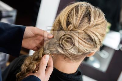 Bild Closeup Von Hairstylists Hände Braiding Client Hair