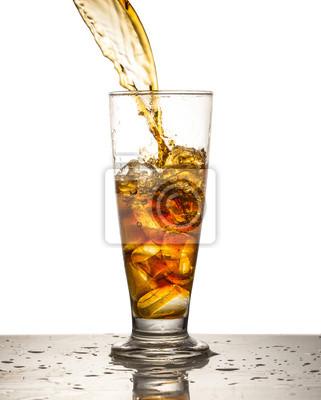 Bild Cola in Glas gießen
