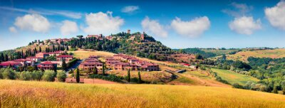 Bild Colorful spring view of Pienza town. Picturesque morning panorama of Tuscany, San Quirico d'Orcia, Italy, Europe. Beauty of countryside concept background.