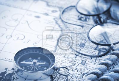 Bild Compass und Gläser auf Vintage-Karte