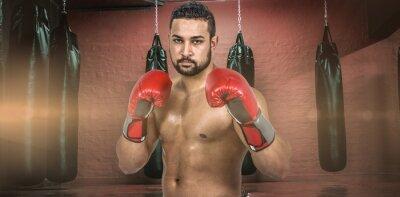 Composite-Bild der muskulösen Mann Boxen in Handschuhen
