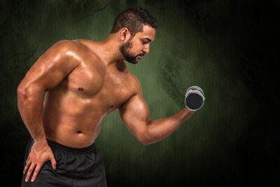 Composite-Bild der muskulösen Mann heben schwere Hantel